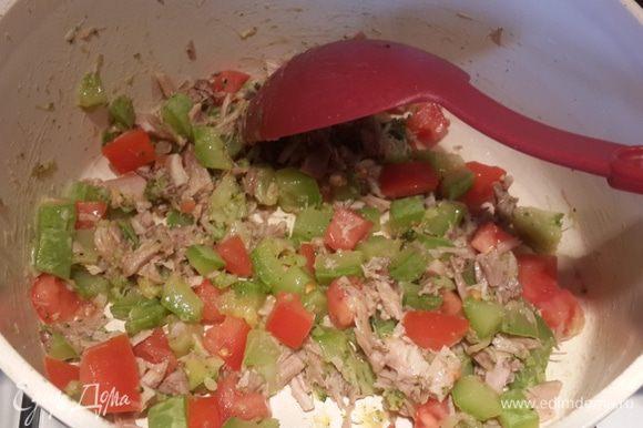 О начинке скажу очень коротко. Кабачки нарезаем кубиками,тушим до готовности на растительном масле, добавляем любимые специи (я ещё добавила одно маленькое соцветие брокколи). Кролик у меня был уже отварной. Переложила нарезанное мясо и помидор к кабачкам. Перемещала и всё)