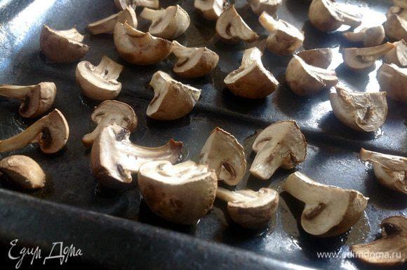 Шампиньоны вымыть и просушить. Шампиньоны разрезать пополам, если попадаются крупные,то на 4 части. Выложить на слегка смазанный растительным маслом противень и отправить в разогретую до 150 градусов духовку на 25 - 30 минут.