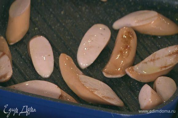 Разогреть в сковороде-гриль 1 ст. ложку оливкового масла и обжарить сосиски со всех сторон.