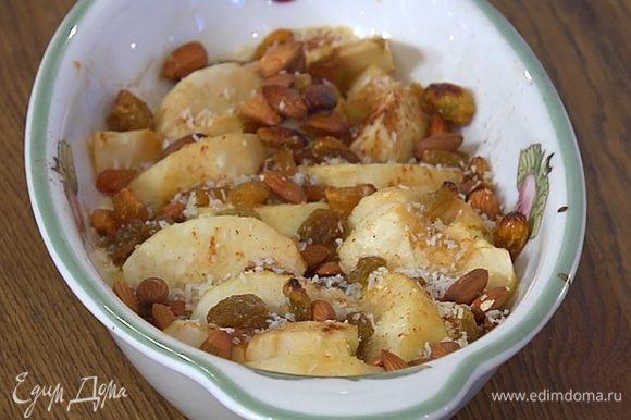 Запекать яблоки в разогретой духовке 15 минут.