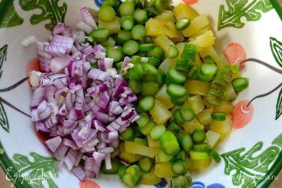 Красную луковицу нарезать мелким кубиком и тоже добавить к овощам.