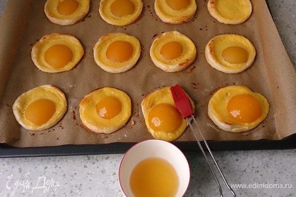 """Разогреть абрикосовое варенье с 2 ст. л. воды. Пропустить через сито. Обмазать """"глазуньи"""" вареньем."""