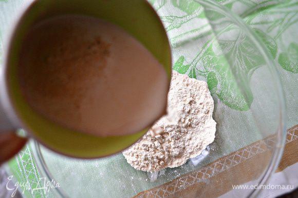 Подготовить опару. Для этого молоко подогреть, добавить дрожжи и 1 ст л сахара, перемешать. Смесь влить к 100 г просеянной муки, перемешать, накрыть чистой салфеткой и оставить в тёплом месте на 30 мин.