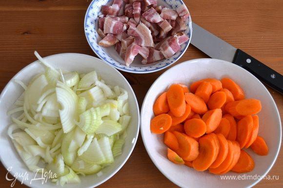 Бекон нарезать кубиками, лук и морковь очистить и нарезать не очень мелко.