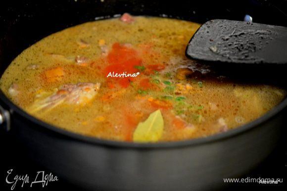 Добавить чеснок порубленный, тушить до запаха или 1 мин. Затем добавить говяжий бульон, томатную пасту,тимьян, вуштерский соус, лавровый лист. Убавить огонь, закрыть крышкой и тушить 1 час.