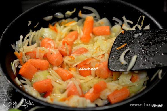 На другой сковороде растопить 30 г сливочного масла. Выложить порезанную крупную луковицу тонко и крупно порезанную морковь. Тушить 15 мин, помешивая.