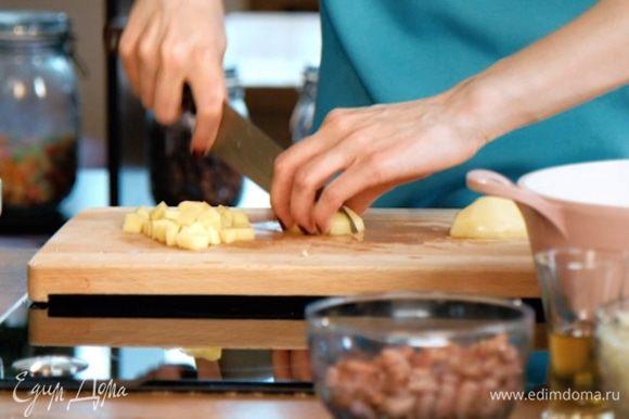 Картофель нарезать мелким кубиком.
