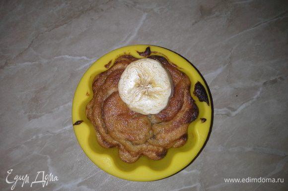 Разогреть плиту до 180 и поставить кексы в духовку. Через 6 минут готово. По вкусу можно нарезать половинку банана и положить сверху. Приятного аппетита :)