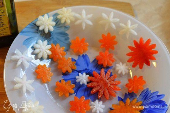 Из перца и редиса вырезаем цветочки.