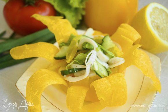 Выложить салат в салатники сделанные из перца и подавать к столу. Приятного аппетита!