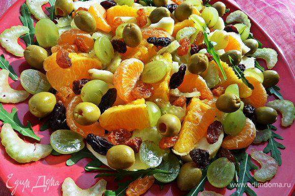 Осталось разбросать сверху половинки виноградин, зёрна граната и оливки для пикантности.