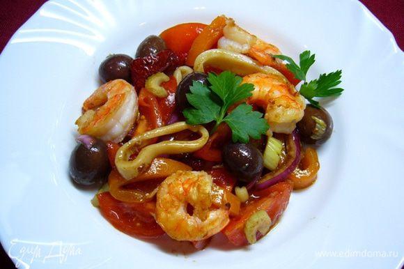 Соединить ингредиенты заправки (бальзамический крем 5 мл). В салатницу выложить все компоненты салата, полить заправкой, украсить петрушкой. Очень вкусный и полезный салат! Угощайтесь!