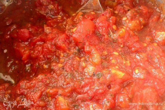 Через время сок выпарится и получится густой томатный соус.