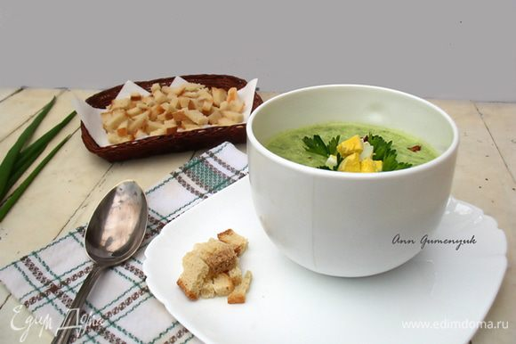Наливаем суп в тарелку, а сверху посыпаем порезанными яйцами. Приятного аппетита!