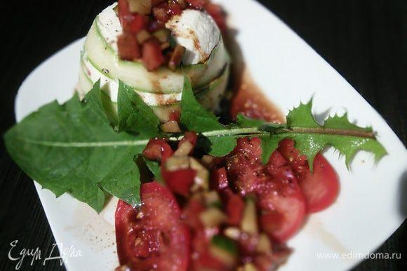 На помидоры выложите спаржевый террин, помидорный салат, полейте соусом. Я украсила молодыми листьями одуванчика и базиликом.
