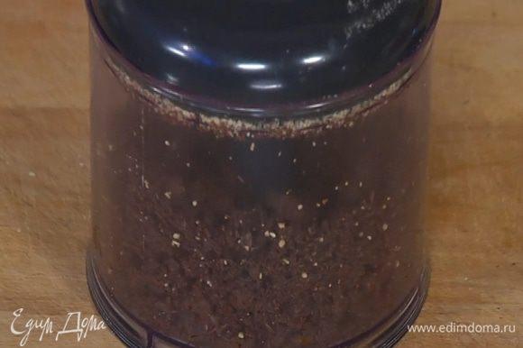 Поломать на кусочки 140 г шоколада и измельчить в блендере.