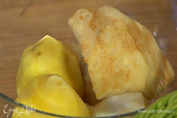 Картофель и корень сельдерея почистить и отварить.