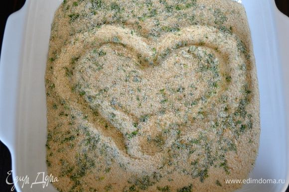 Смешайте панировочные сухари, петрушку и тертый сыр (в оригинальном рецепте используется пекорино, но его не было в списке ингредиентов. В любом случае, и Вы можете заменить его на пермезан или другой твердый сыр)