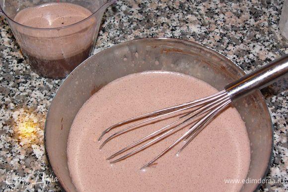 Добавляем какао и хорошо размешиваем. Если хотите более насыщенного шоколадного вкуса - положите какао 3 ложки. Вливаем 2 стакана молока и снова хорошо размешиваем. Затем отливаем 1 стакан смеси - на пропитку готового кекса.