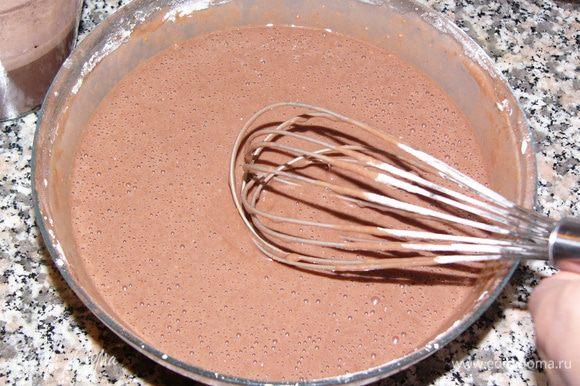 В оставшееся тесто добавляем два стакана муки с разрыхлитетем. Получается жидкое тесто, как на блины. Муку добавлять не надо, кекс от этого утратит свою мягкость.