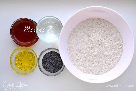 Муку смешать с солью, просеять. Добавить мак, перемешать. Добавить масло и мед, затем воду.