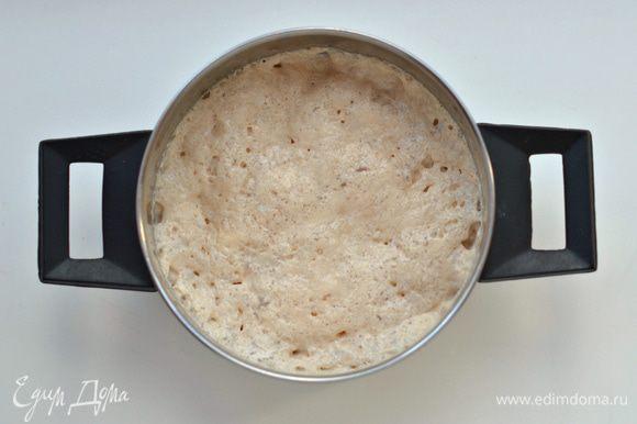 Оставшиеся дрожжи покрошить в теплое молоко, дать им ожить. Оставшуюся муку (всего муки на кулич идет 800-900 г, в зависимости от качества, содержания в ней клейковины) смешать с маслом.