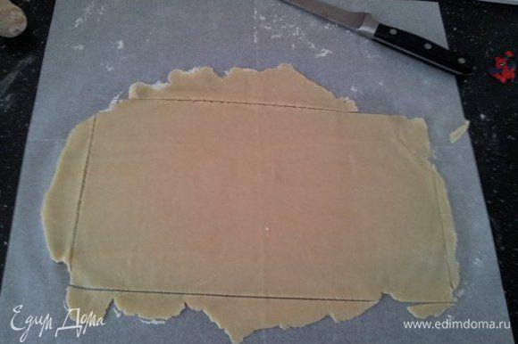 Раскатать тесто в прямоугольник. Края обрезать, отложить в сторону и использовать для дополнительного рулетика.