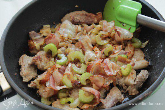 Добавить бекон и овощи к мясу.