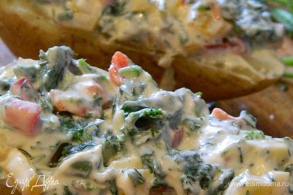 Уложить начинку на картофель.