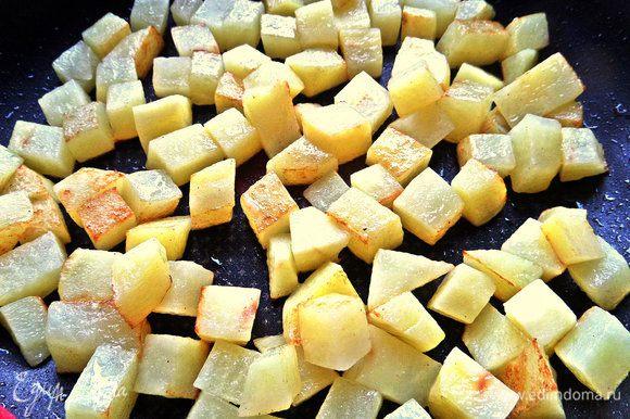 Обжарить равномерно в оливковом масле в сковороде,где будет готовиться омлет! Чуть присолить.