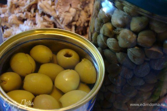Оливки вместе с соком и несколько ложек каперсов.