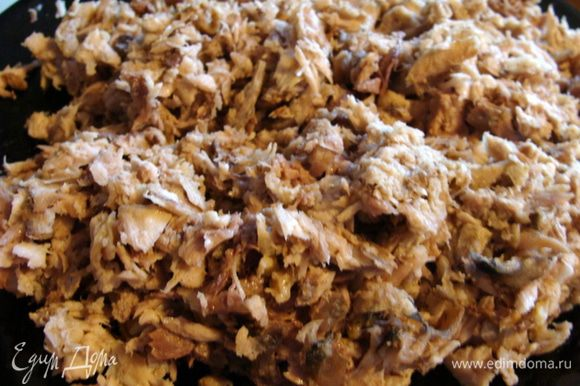 Мясо сазана измельчить руками и добавить в солянку. Выдавить лимон, можно с мякотью. Проварить еще пару минут, выключить огонь, закрыть крышку и дать настояться.