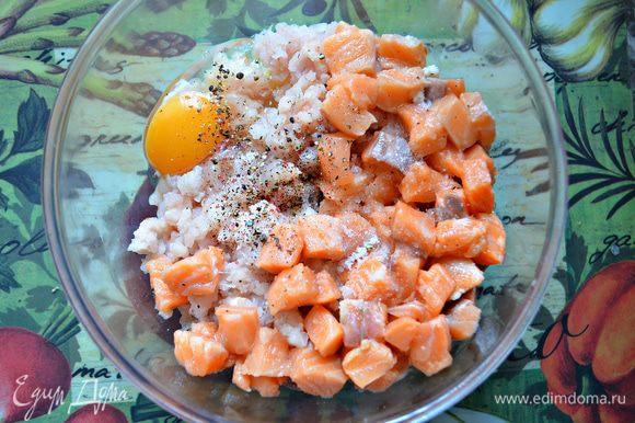 Аккуратно соединить фарш судака и кубики сёмги. Ввести яйцо. Посолить и добавить по вкусу смесь 4-х перцев.