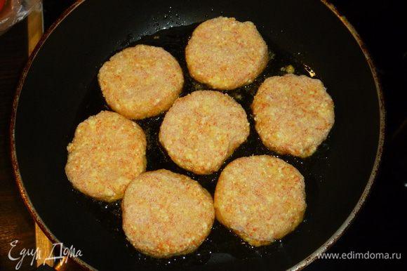 Формируем сырники, обваливаем их в оставшейся манке и обжариваем на сковороде на растительном масле до золотистого цвета на среднем огне (примерно по 5 минут с каждой стороны). Приятного аппетита!