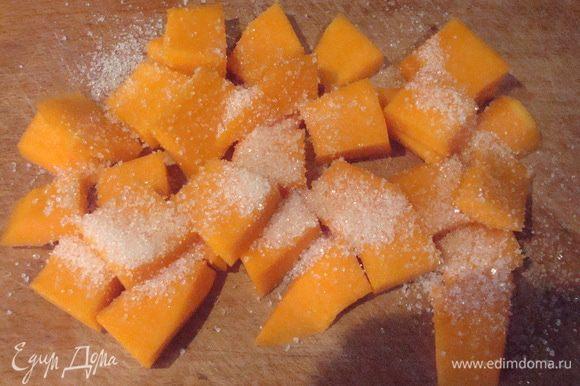 Тыкву очистить, нарезать кусочками и присыпать сахаром. Обжарить на сковороде на оливковом масле, чтобы карамелизировалась.