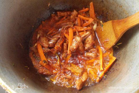 Отправить в казан морковь и редиску, обжаривать помешивая.