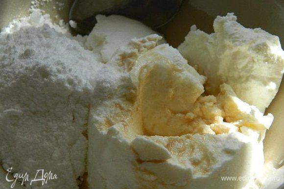 В миске смешать сыр, сахарную пудру и ликер. Пудру регулируйте по вкусу.