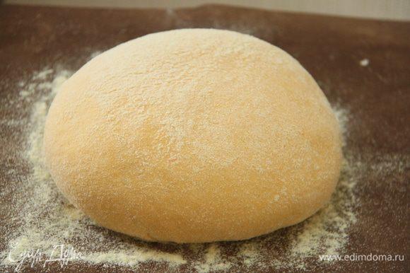 Тесто выложить на присыпанный кукурузной мукой стол, снова обмять, сформировать шар, выложить на расстойку на 1 час.