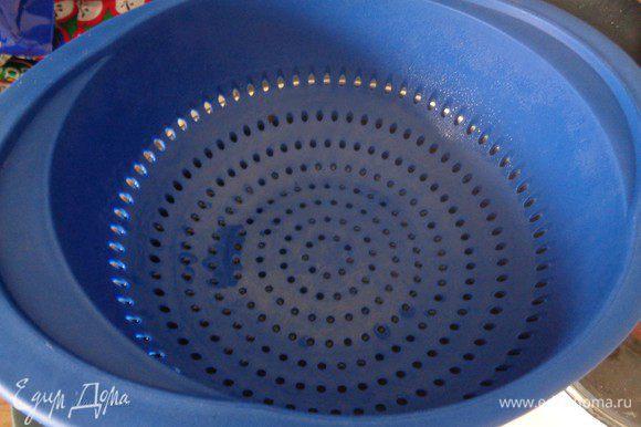 Когда вареники заморозились или охладились, можно готовить. В этом случае наша ягода не потечет и эстетический вид не пострадает. Для готовки на пару: закипятим в кастрюле подсоленную воду. Когда вода закипит, установим сверху сито.