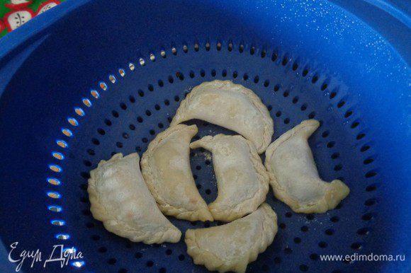 И порциями сварим вареники под крышкой примерно 7 минут. Не кладите больше вареников, чем помещается в сито, т.к. они могут слипнуться.