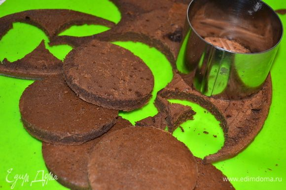Из теста вырезаем шайбы, у меня получилось 7 штучек (т.е. на 3 пирожных). На самом деле, изначально мне нужен был шоколадный корж для крошки, в другое блюдо. Соответственно целого мне было много, обрезки я припрятала, а шайбочки пошли в пирожное. Вот так и родился этот рецепт. Для полноценных 6 пирожных нужно будет увеличить ингредиенты для коржа в два раза. Мусса у меня осталось (учитывая мою не скромную дегустацию) еще на 3 пирожных.