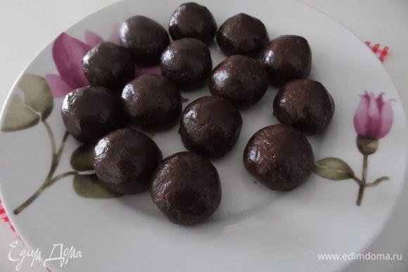 Отрываем кусочки весом 25 гр и скатываем шарики, формируем конфеты. Убрать в холодильник на 3 часа.