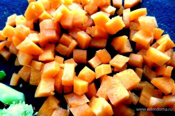 Морковь порубить на кубики.