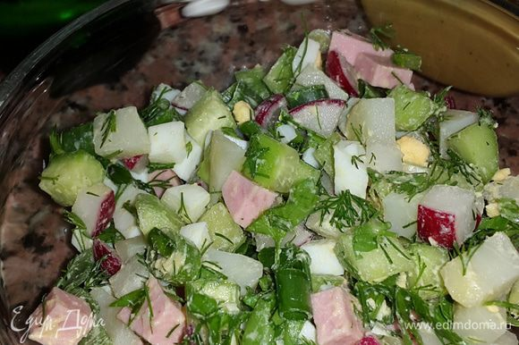 Раскладываем по тарелкам добавляя в каждую по вкусу: соль, перец, майонез, горчицу, холодный айран и минералку.