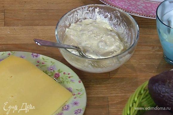 Приготовить заправку: измельченные анчоусы соединить с уксусом, сливками и оливковым маслом, поперчить и перемешать.