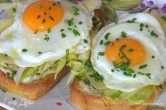 На каждый бутерброд выложить по яйцу, посолить и посыпать оставшимся шнитт-луком.