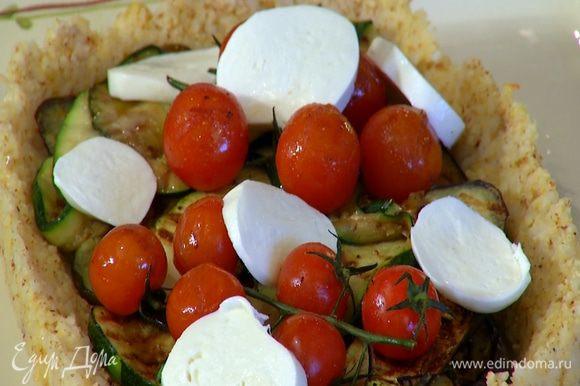 Моцареллу нарезать кружками и выложить на овощи.