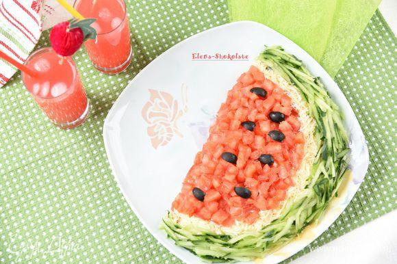 Маслины нарезать на четвертинки и уложить поверх томатной мякоти. Салат готов. Угощайтесь!