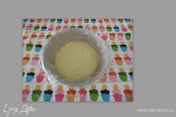 Влить третью часть горячего ванильного молока в крахмально-яичную смесь, интенсивно помешивая венчиком. Затем, при непрерывном помешивании, влить оставшееся молоко, поставить на слабый огонь, постоянно помешивая деревянной лопаткой или венчиком. В процессе нагревания крем загустеет. Переложить крем в чашку (чтобы быстрее остывал). Чашку с кремом накрыть пищевой пленкой так, чтобы пленка легла прямо на поверхность крема - тогда на поверхности не будет образовываться пленочка. Поставить в холодильник до полного остывания.
