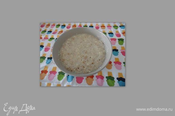 В подошедшую опару вылить яйца с солью и начать замес теста.